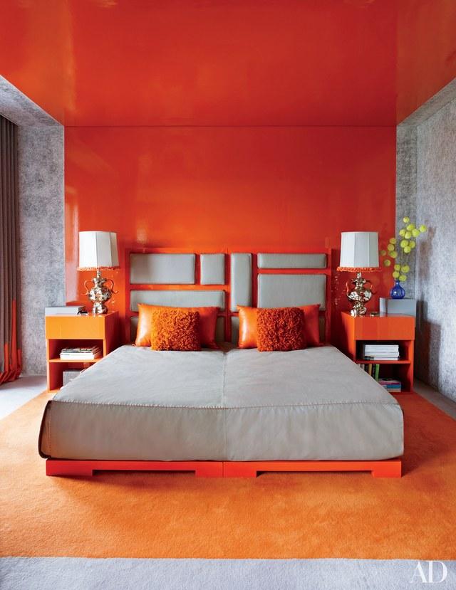 Headboard bernuansa orange, karya Mattia Bonetti, via architecturaldigest.com
