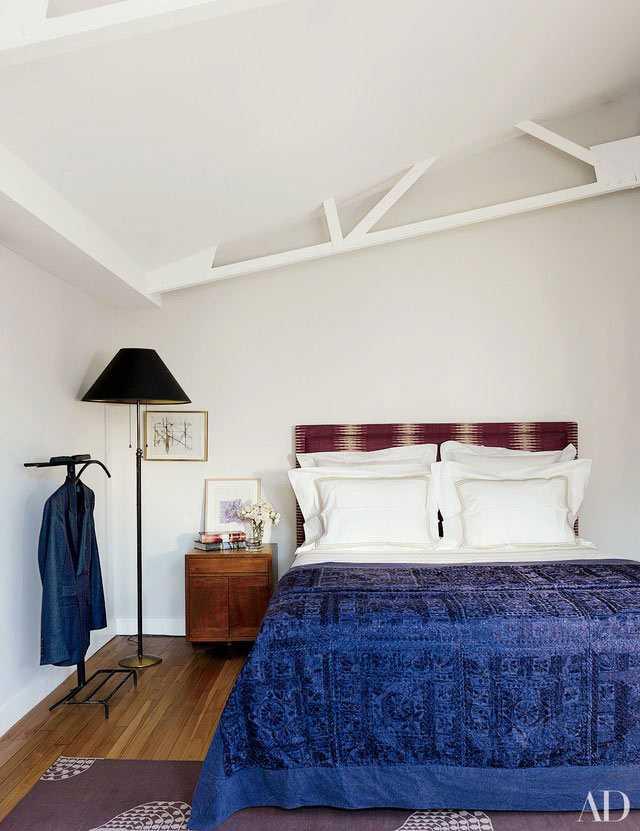 Headboard dengan kain tenun, karya Milly de Cabro, via architecturaldigest.com