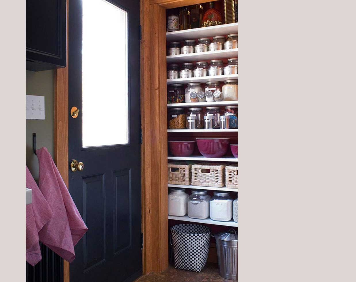 Pemanfaatan ruang kecil di balik pintu sebagai pantry, via pinterest.com