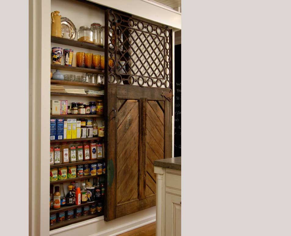 Pantry di dinding dengan sliding door, via homedit.com