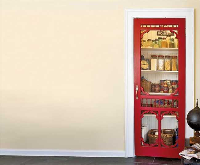 Pintu pantry dengan warna cerah untuk menceriakan suasana, via decoist.com