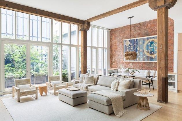 Desain jendela rumah bergaya modern industrial, karya Chango & Co., via hunker.com