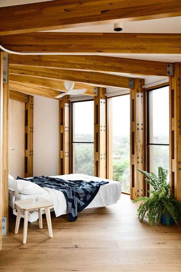 Desain jendela kamar tidur nuansa kayu solid, karya Austin Maynard Architects, via hunker.com