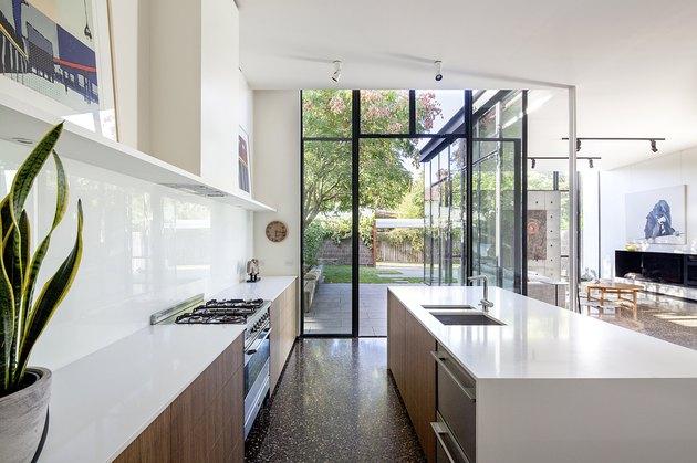 Desain jendela samping dapur, karya Hillary Bradford, via hunker.com