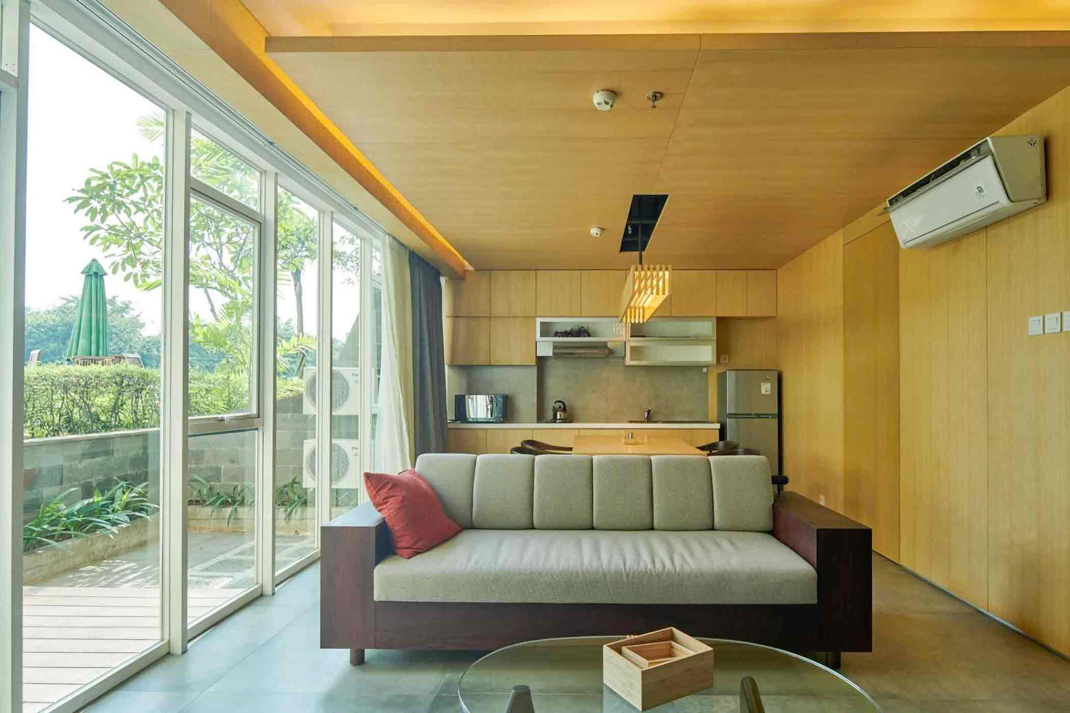 Nuansa hangat dari material kayu di bagian dapur dan ruang makan, karya Hadivincent Architects, via arsitag.com