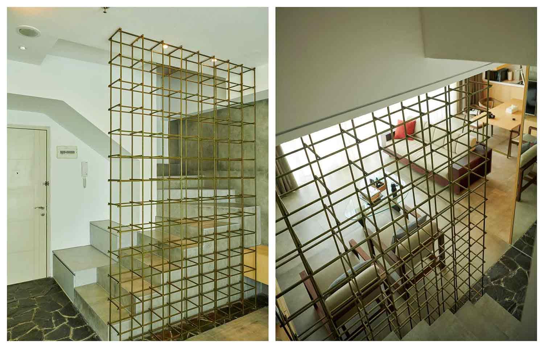 Partisi terbuka dari rangka besi pada tangga, karya Hadivincent Architects, via arsitag.com