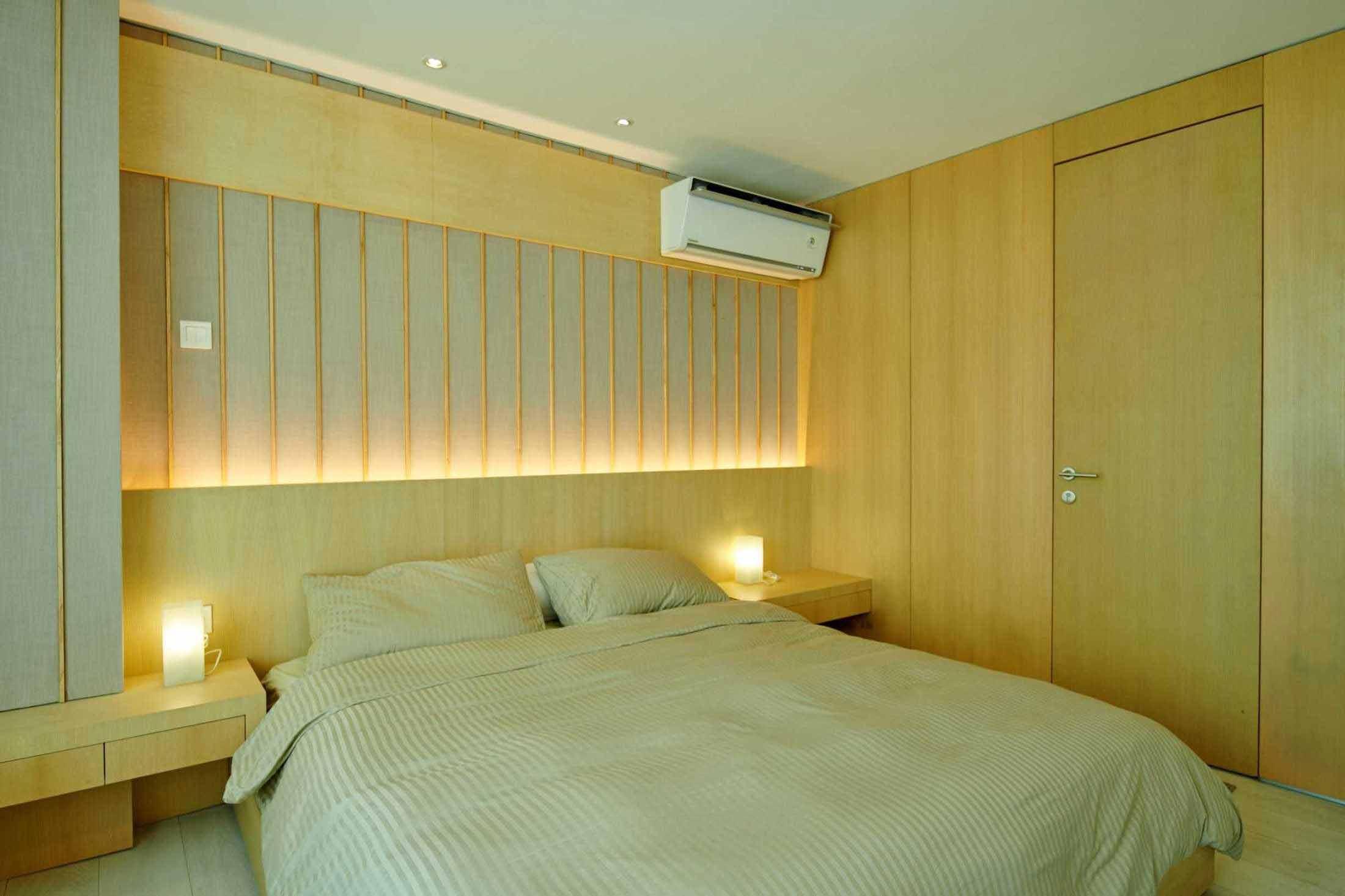 Kamar tidur nyaman dengan dominasi nuansa kayu, karya Hadivincent Architects, via arsitag.com