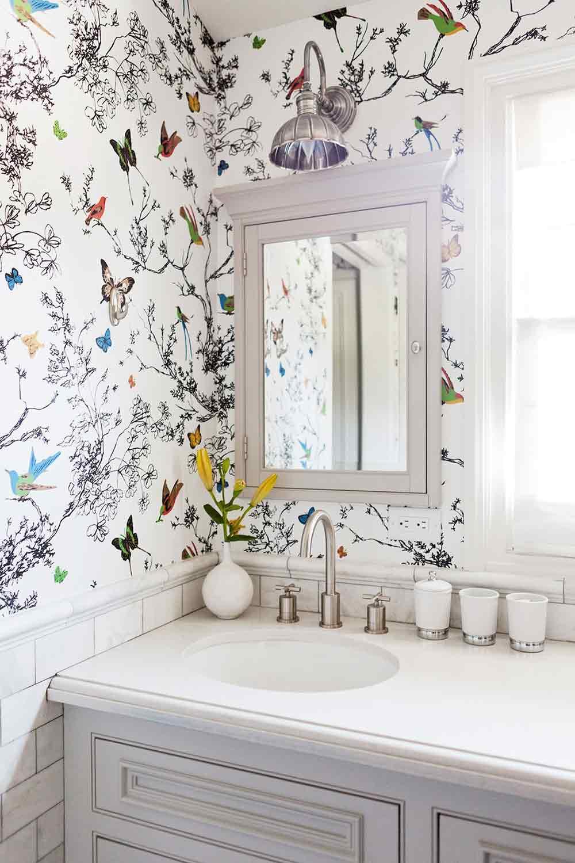 Wallpaper di kamar mandi minimalis serba putih, via pinterest.com