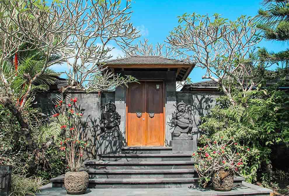 Ciri khas gerbang masuk bangunan dengan arsitektur Bali yakni gerbang dilengkapi dengan ukiran atau patung, foto oleh NguyenDo, via pixabay.com