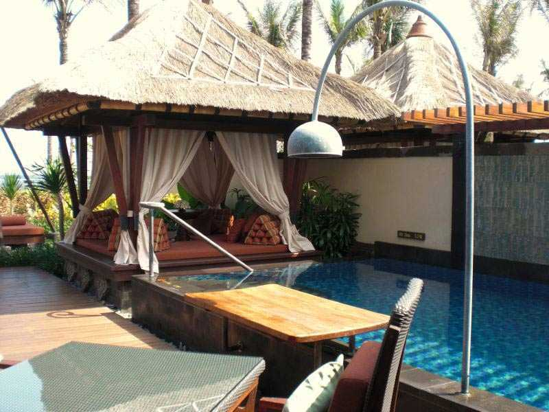 Thatched roof alias atap jerami yang populer dalam bangunan khas Bali, via commons.wikimedia.org