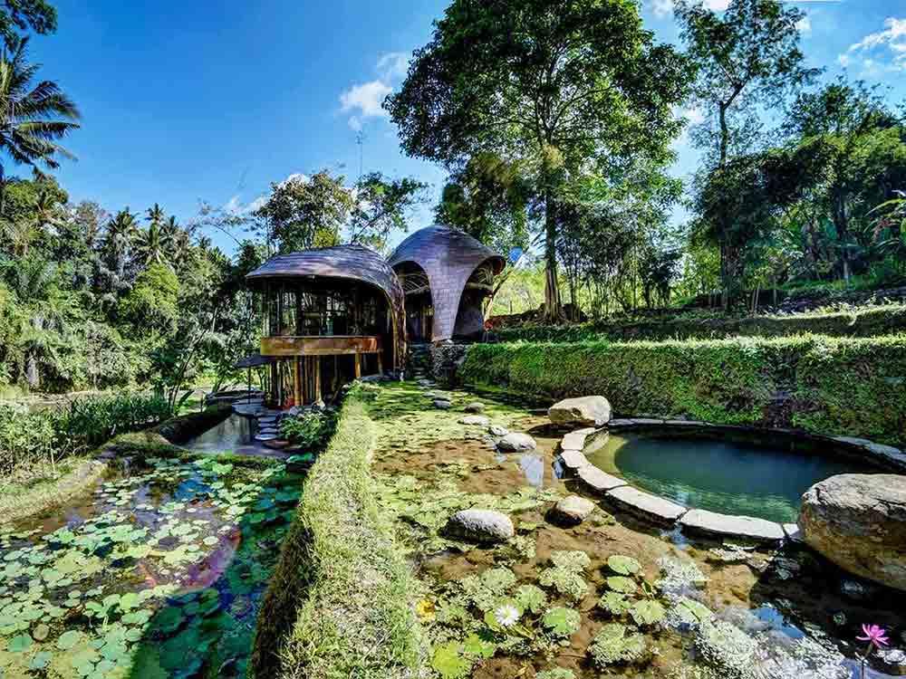 Fitur atau elemen air di, Riverbend Bamboo House karya Agung Budi Raharsa, via arsitag.com
