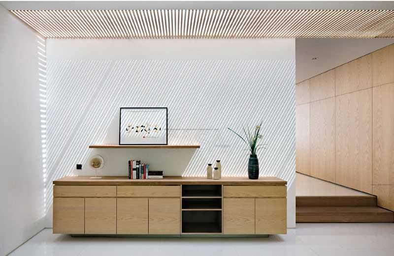 Kisi-kisi kayu sebagai skylight, karya Pranal Associates, via casaindonesia.com