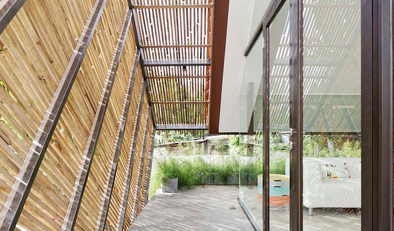 Kisi-kisi kayu pada atap teras Deeroemah, karya Gets Architect, via arsitag.com