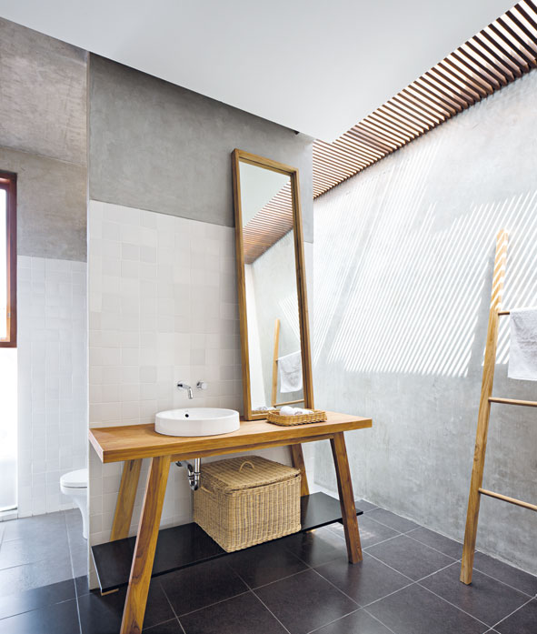 Kisi-kisi kayu untuk penerangan kamar mandi, karya Pranala Associates, via casaindonesia.com