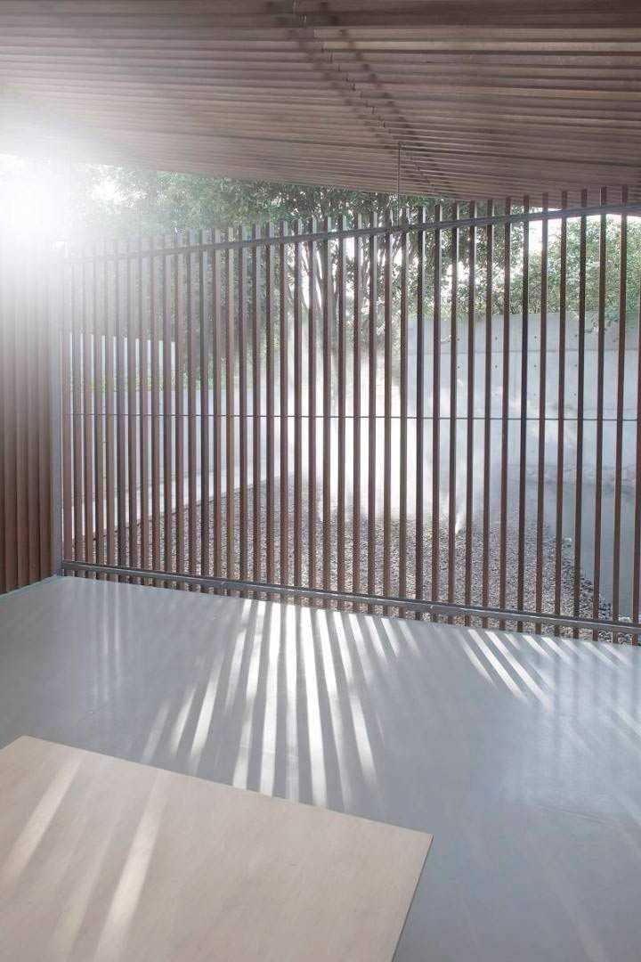 Kisi-kisi untuk memisahkan ruang yoga dengan taman di Bea House, karya Studio TonTon, via arsitag.com