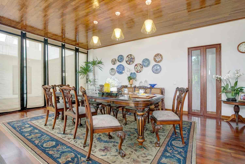 Bingkai karpet warna biru yang indah di ruang makan karya RAW Architecture, via Arsitag.com
