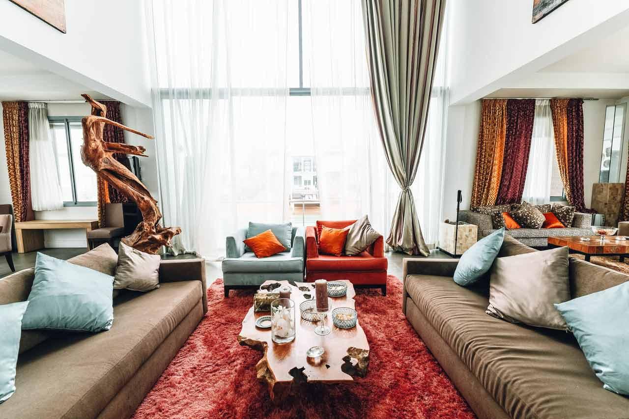 Karpet kemerahan yang mencuri perhatian, foto oleh Naim Benjelloun, via Pexels.com