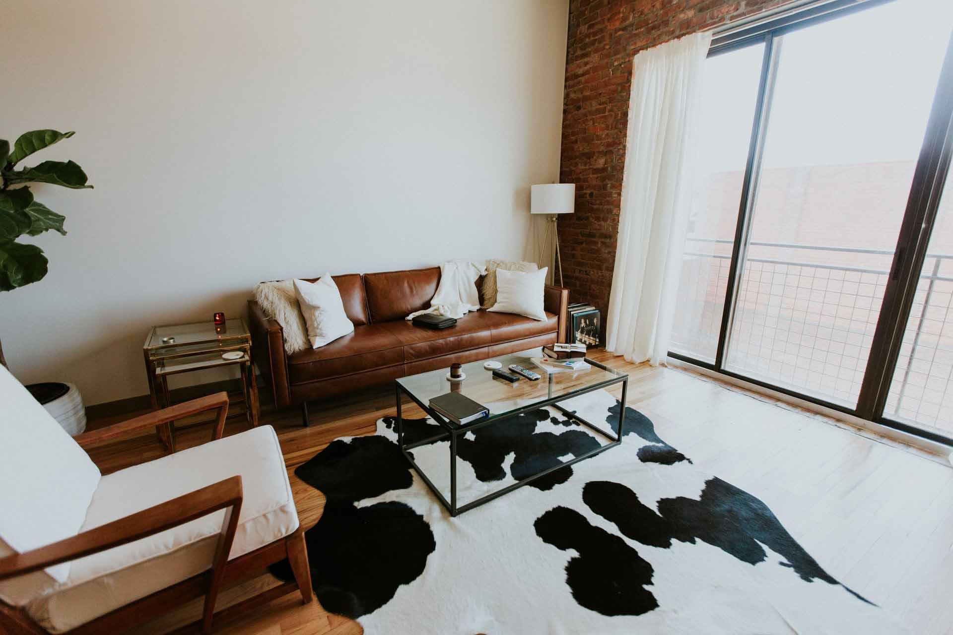 Karpet hitam putih mirip bulu binatang, foto oleh Hannah Busing, via Unsplash.com