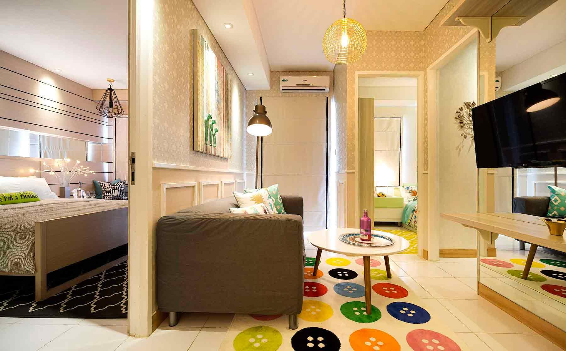 Karpet motif kancing baju warna-warna di apartemen karya Teddykoo, via Arsitag.com