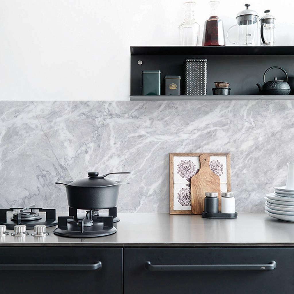 Backsplash dapur dengan wallpaper bermotif marmer, via hunker.com