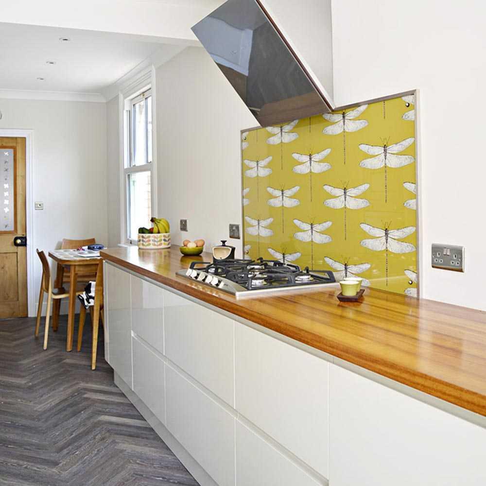 Backsplash dapur satu panel dengan wallpaper bermotif kupu-kupu, via pillarboxblue.com