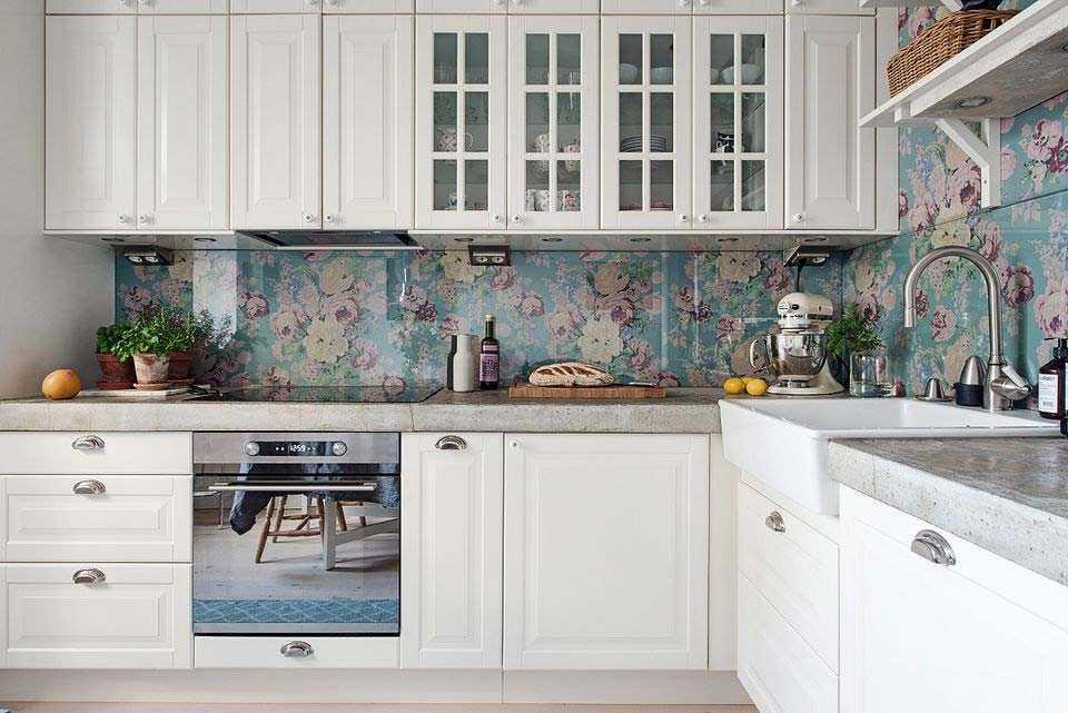 Backsplash dapur dengan wallpaper bermotif bunga cantik nuansa biru, via budout.org