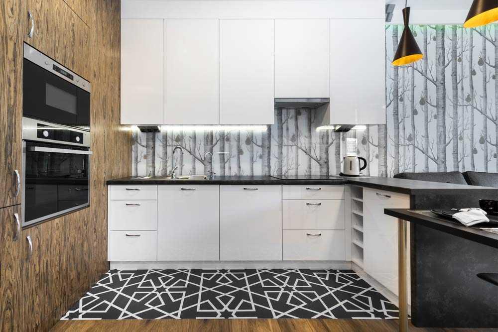 Backsplash dapur dengan wallpaper bermotif hutan monokrom, via homebliss.in