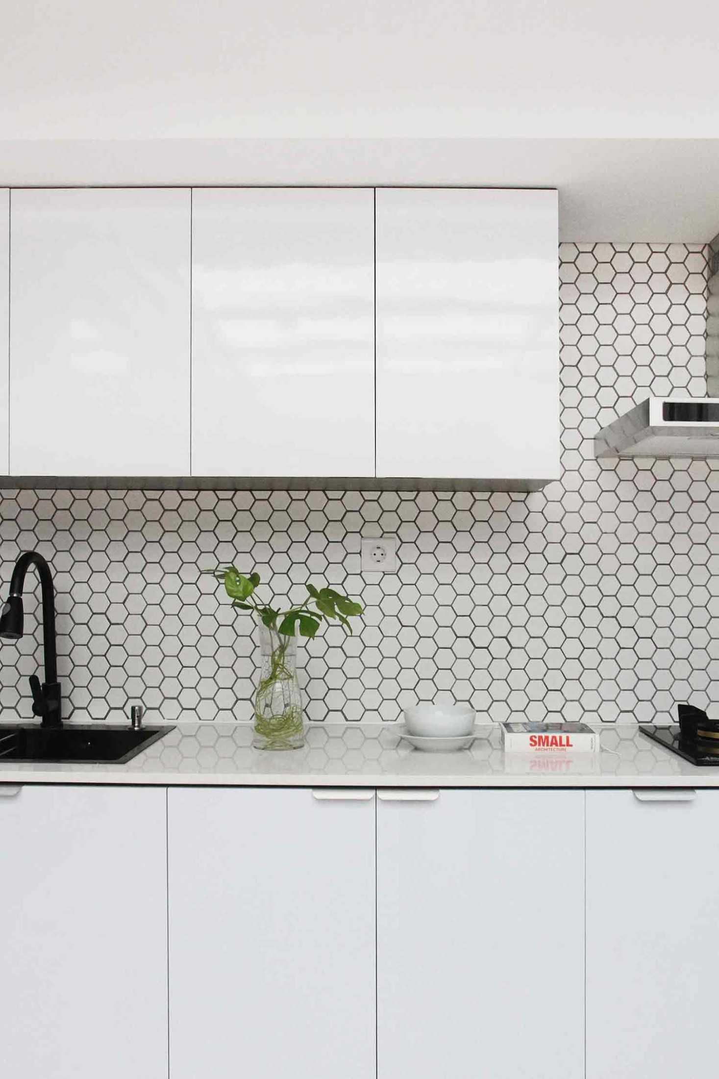 Keramik kaca backsplash di dapur karya arkitekt.id, via arsitag.com