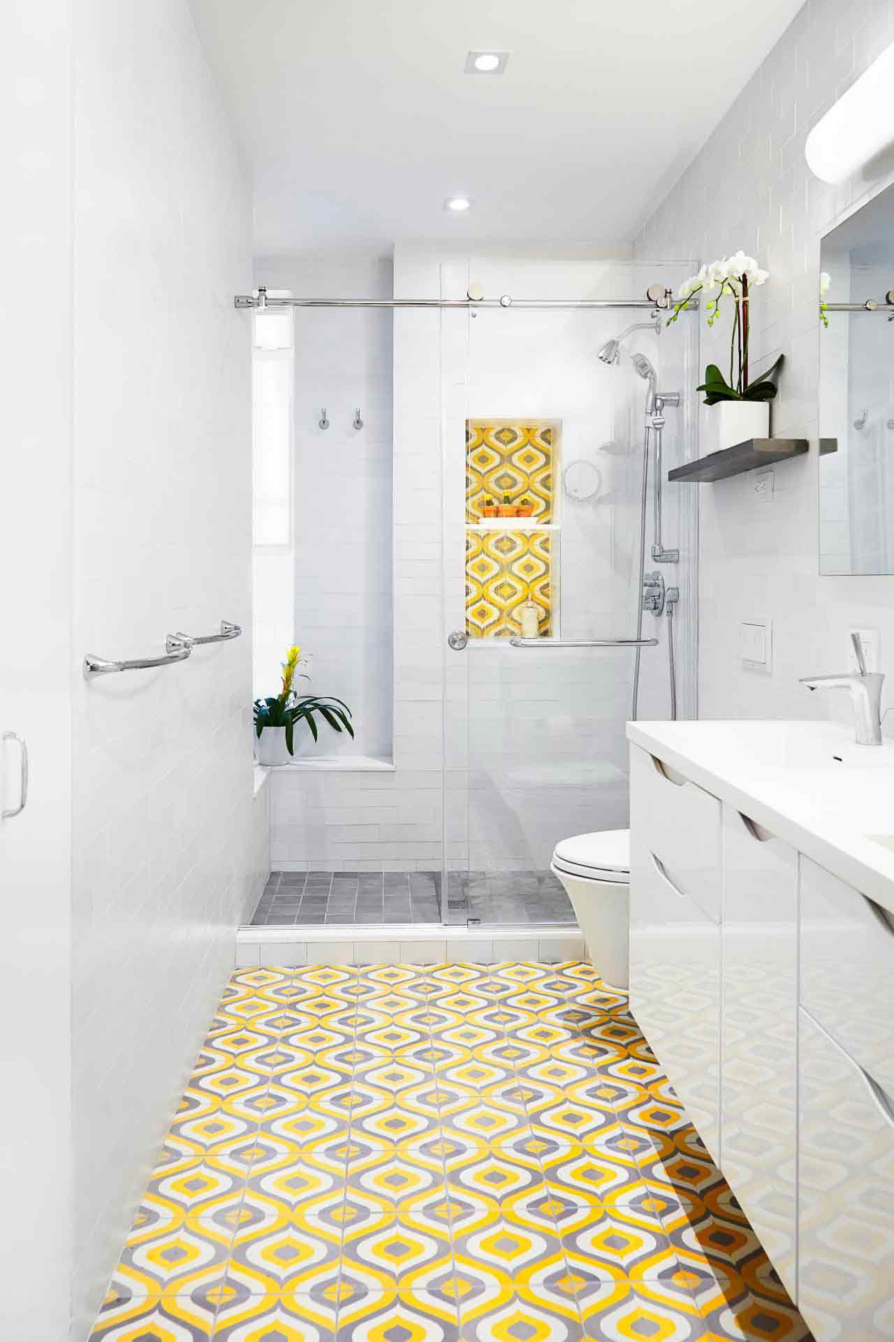 Warna dan pola keramik yang mencolok dan kontras dengan warna dinding kamar mandi, via hgtvhome.com