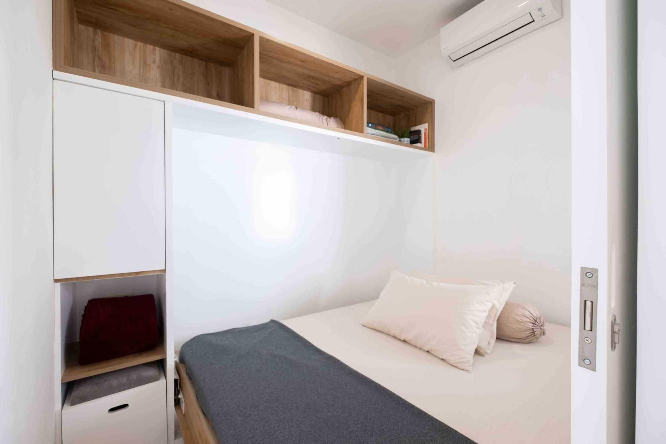 Murphy bed saat diguanakan sebagai tempat tidur, kamar tidur karya Fiano dan Aksioma Design & Construction, via arsitag.com