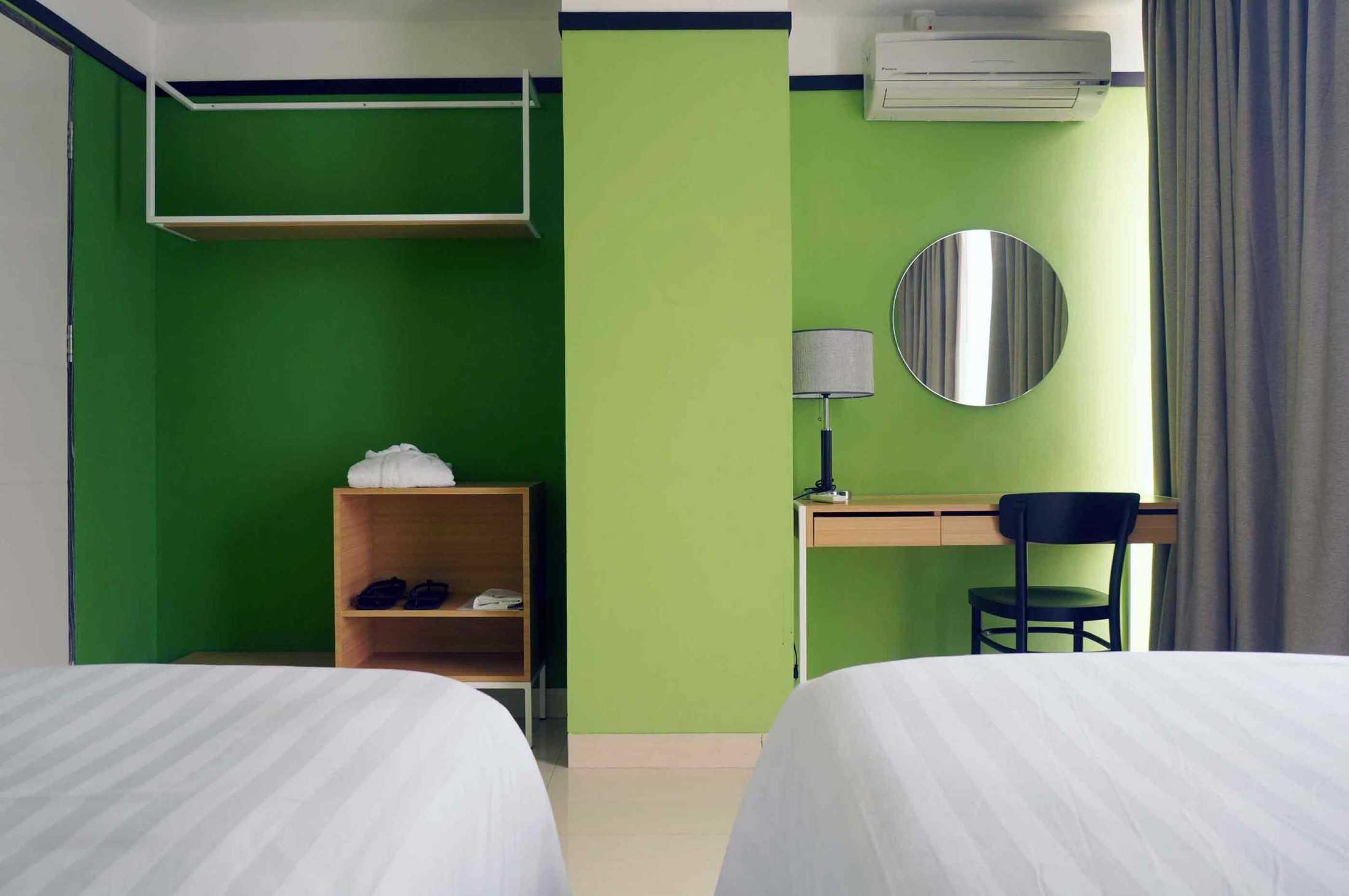 Dinding hijau sebagai focal point di kamar tidur hotel, karya arkitekt.id, via arsitag.com