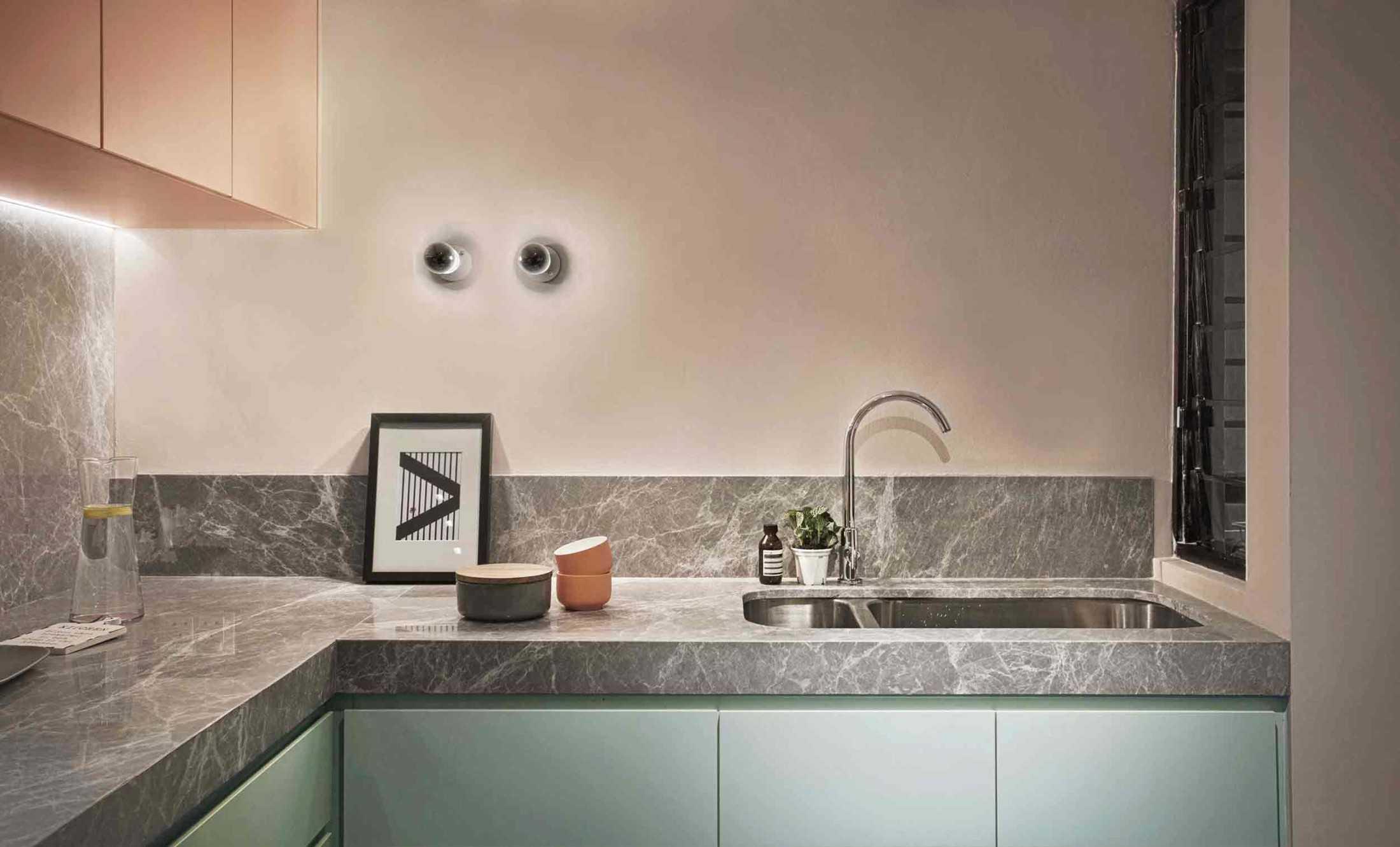 Dapur kontemporer dengan kabinet bawah warna hijau pastel, karya Studio Dinding, via arsitag.com