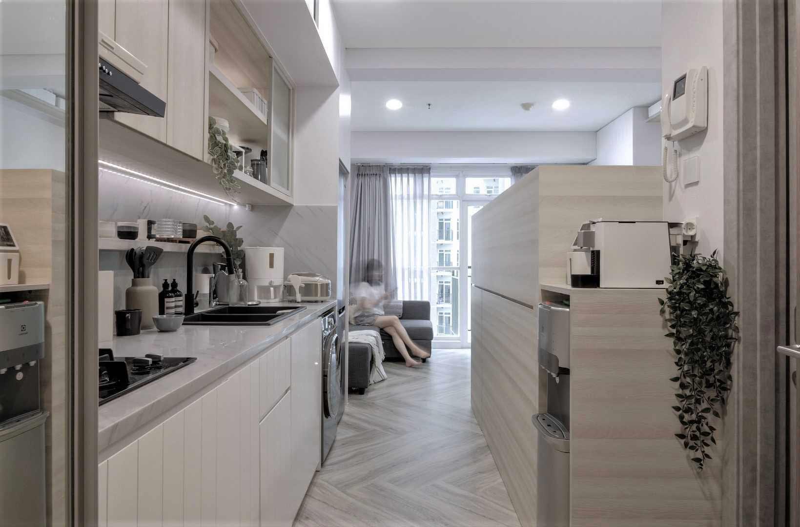 Desain open floor yang menghubungkan semua area dalam apartemen studio untuk kesan lapang, karya Co+In Collaborative Lab, via arsitag.com