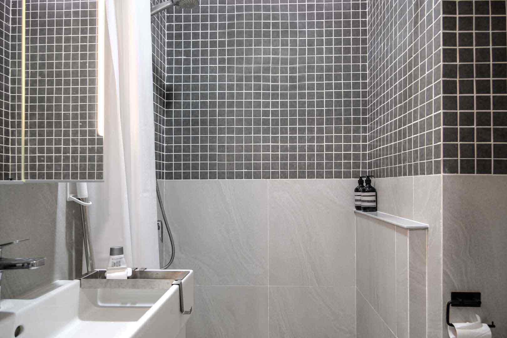Kamar mandi abu-abu yang lebih berfokus pada fungsionalitas, karya Co+In Collaborative Lab, via arsitag.com