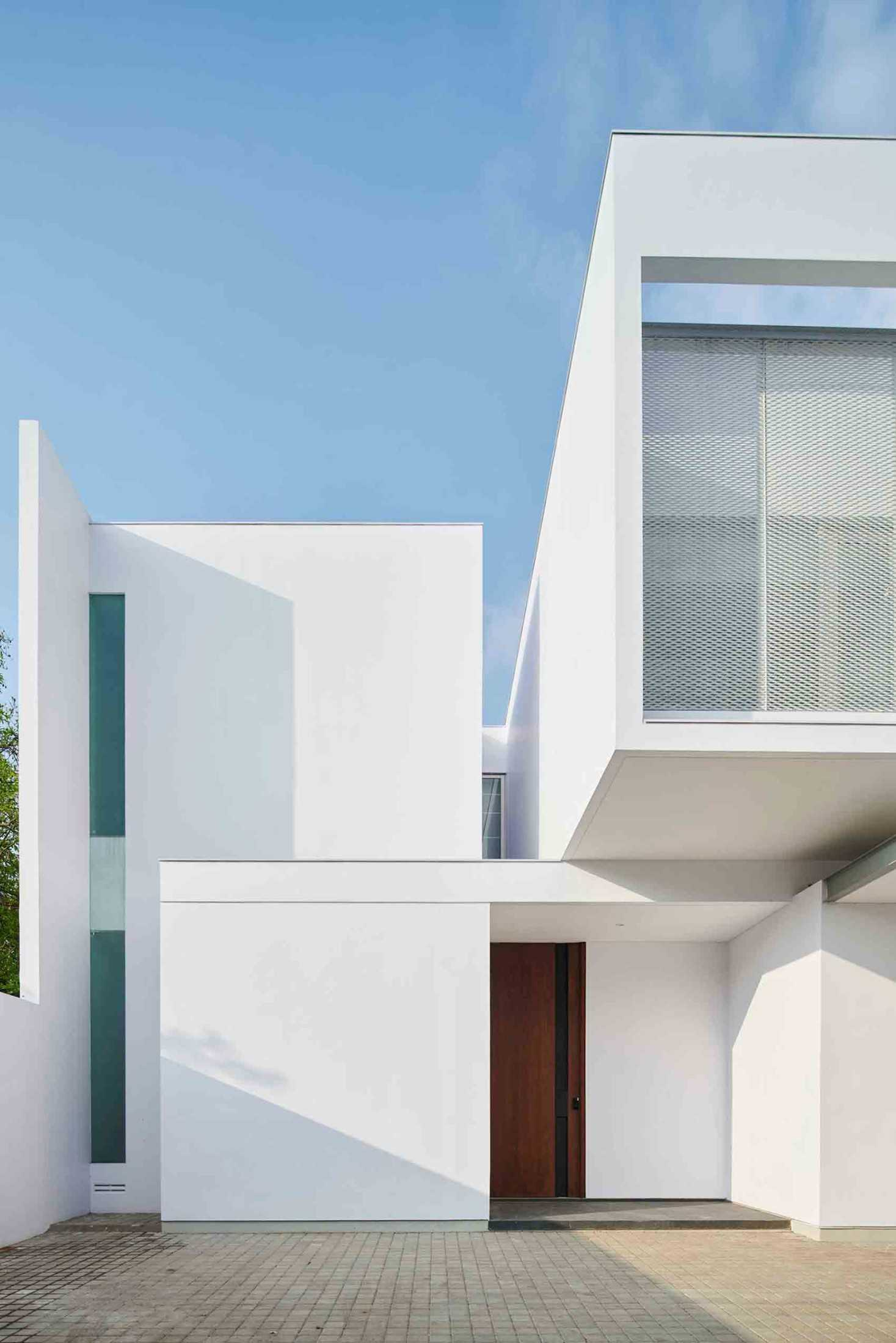 VY House, rumah minimalis serba putih, karya Rakta Studio, via arsitag.com