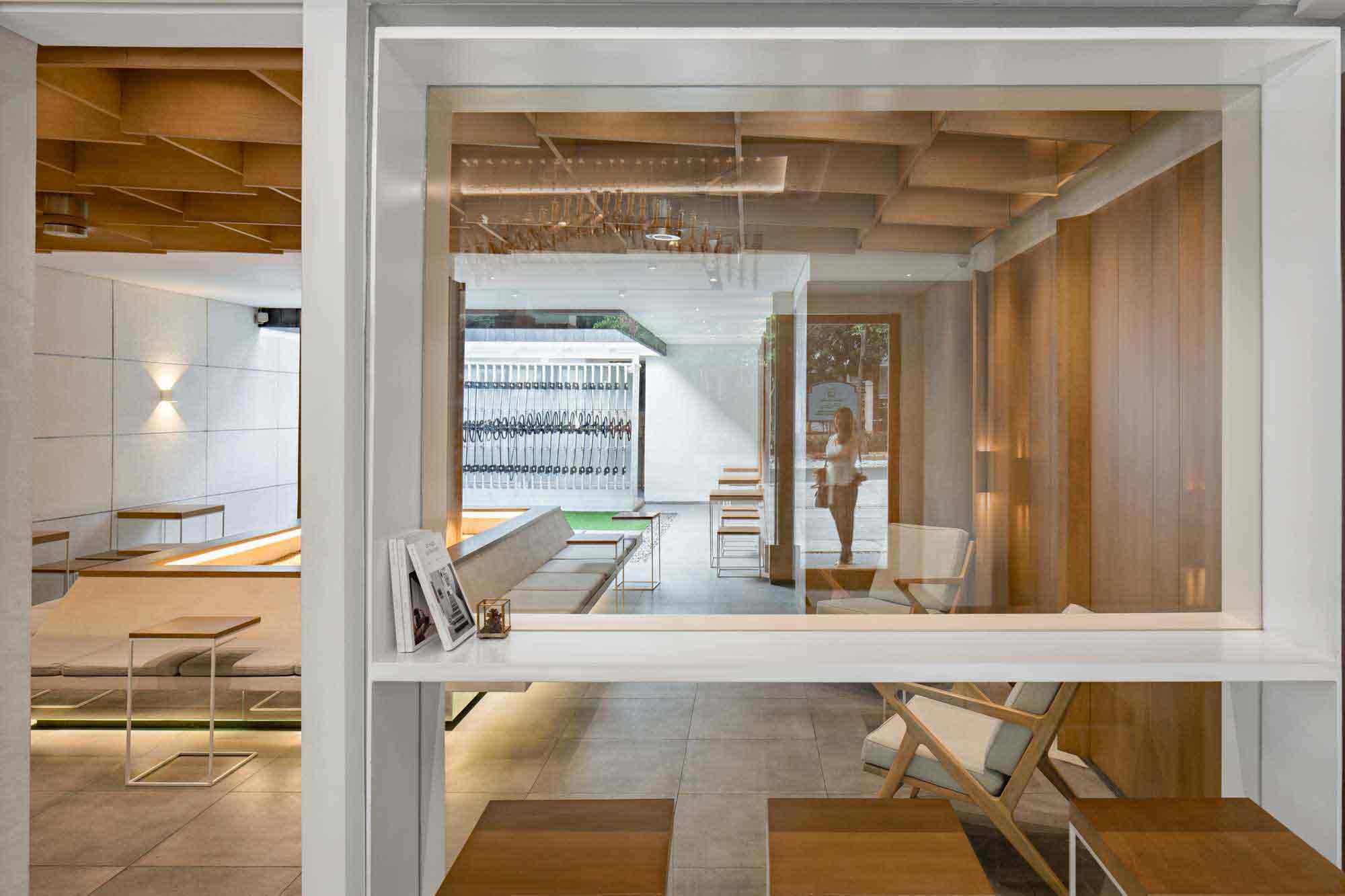 Interior dominasi material kayu, karya PT. Adf, via arsitag.com