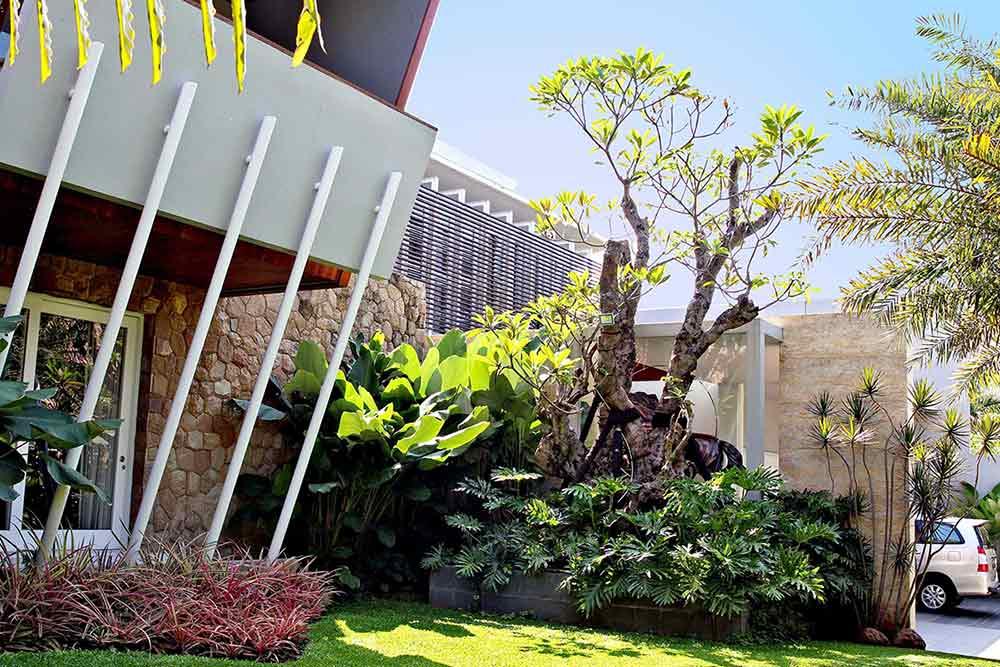 Desain taman depan rumah, karya Lplus Architects, via arsitag.com