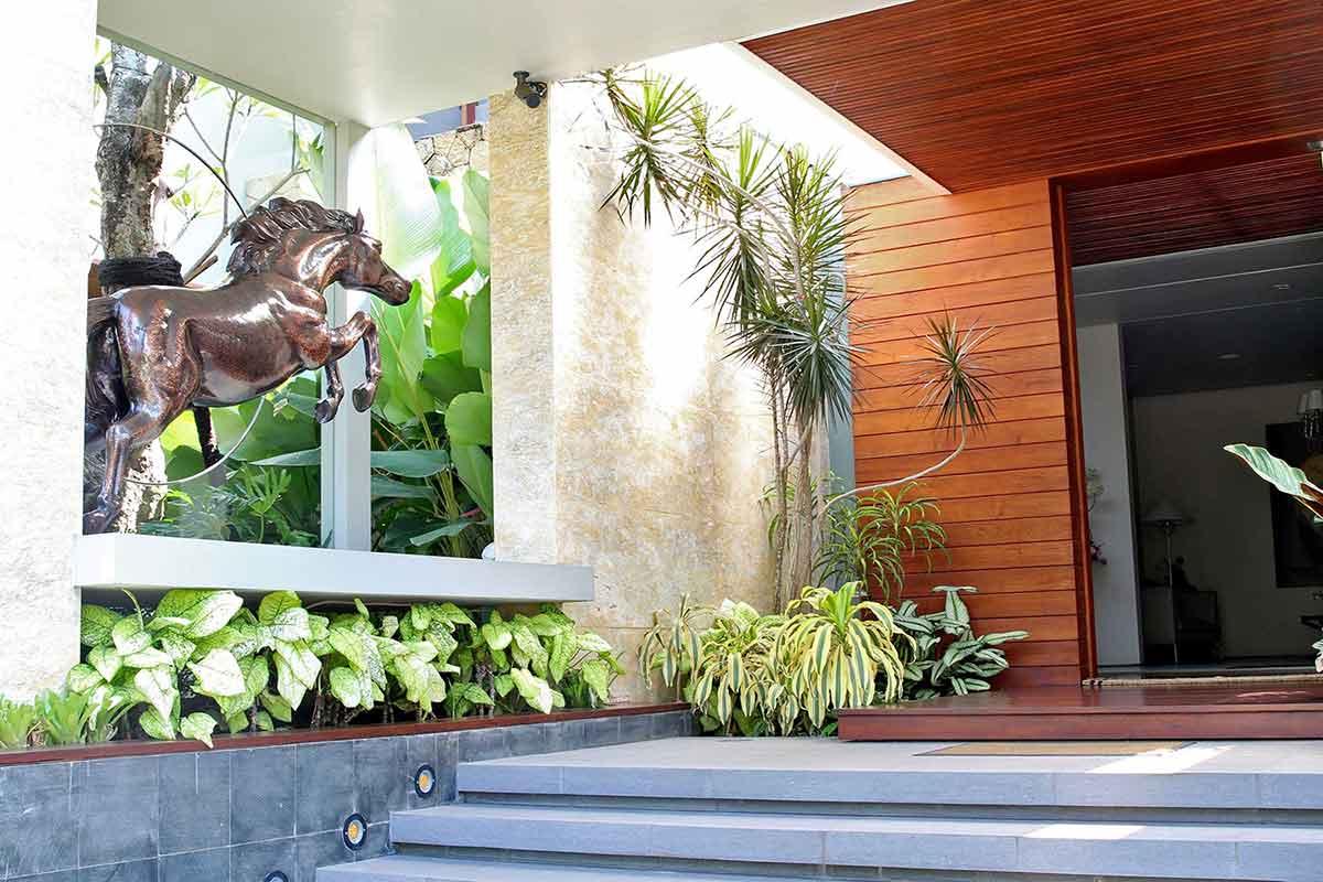 Desain taman di teras rumah, karya Lplus Architects, via arsitag.com