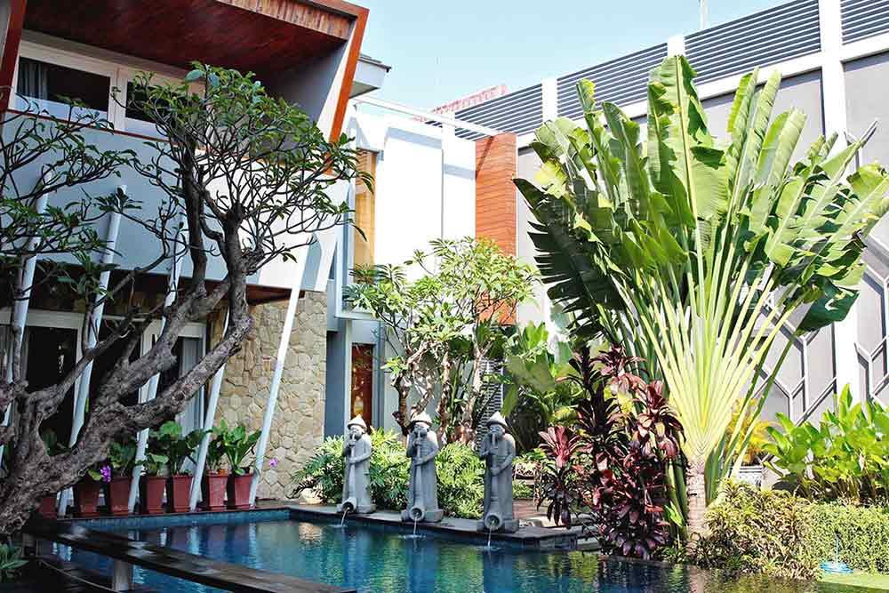 Desain rumah dengan taman yang asri, karya Lplus Architects, via arsitag.com