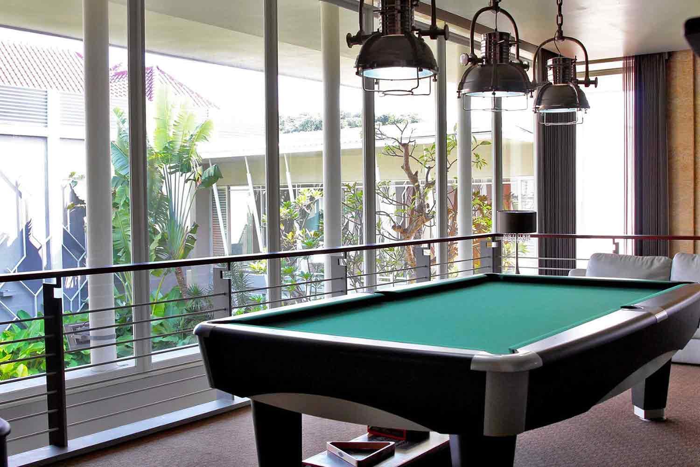 Ruang biliar dengan pemandangan taman di luar jendela, karya Lplus Architects, via arsitag.com